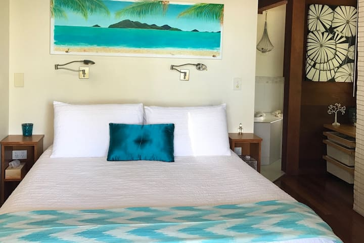 Absolute beachfront tropical living. Beach Villa 5 - Wongaling Beach - House