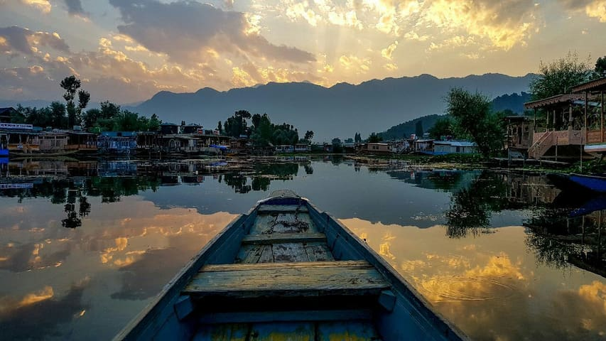 HOUSEBOAT IN CALM DAL LAKE(ENTIRE PLACE)