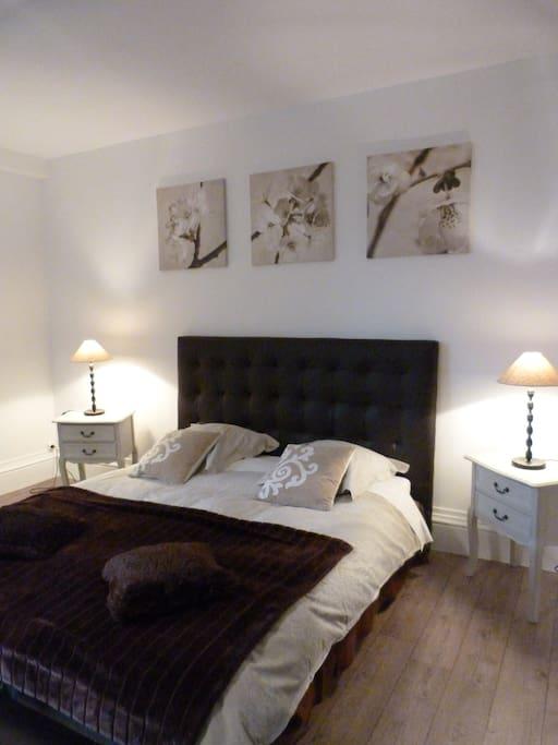 chambre orchid e ch teaux louer brinay centre france. Black Bedroom Furniture Sets. Home Design Ideas