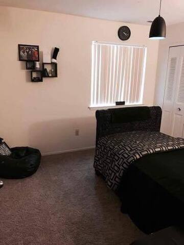 Cozy room with cool black furniture - Charter Township of Clinton - Appartement