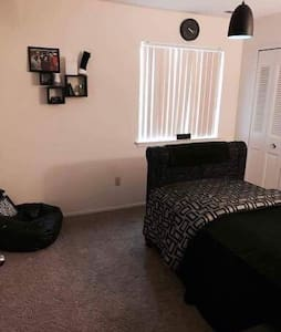 Cozy room with cool black furniture - Charter Township of Clinton - Apartmen