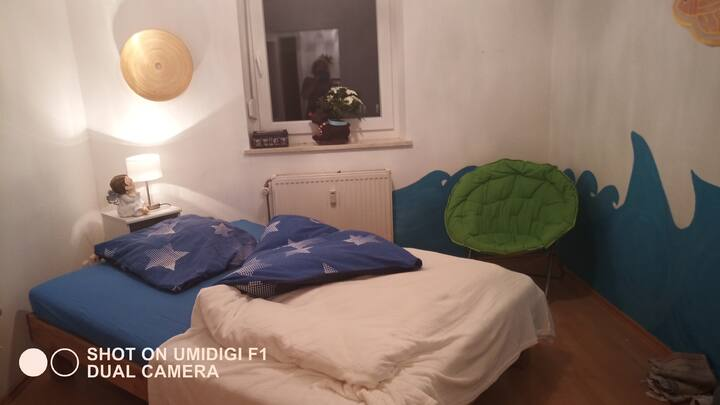Quiet room, 16 m², directly on the S8