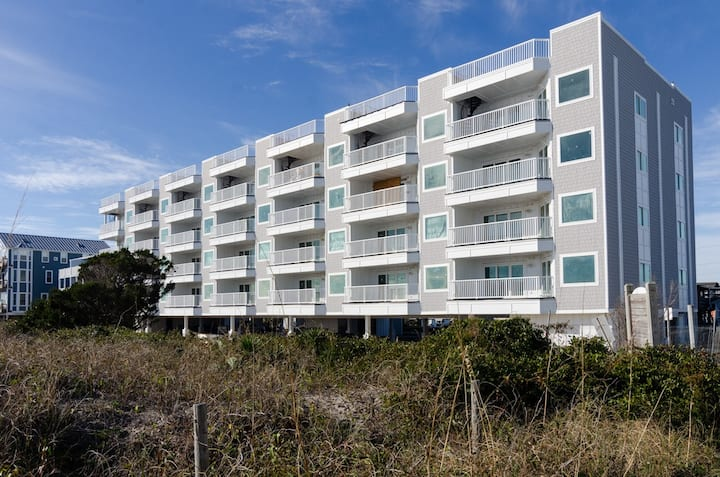 Carolina Surf-Well appointed oceanfront condo w/roof top deck and spanning ocean views
