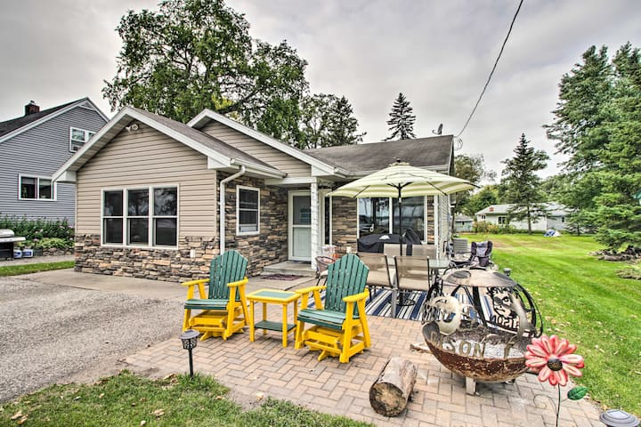 Lakeside Cottage: Walk to Water, Dining & Marina!