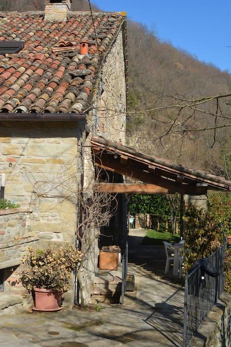 """L'abitazione Ca'Masso di sotto è caratterizzata da un'ampia veranda a tettoia, tipica delle case contadine di un tempo, che costituisce una sorta di """"balcone naturale"""" sulla magnifica vallata del Metauro."""
