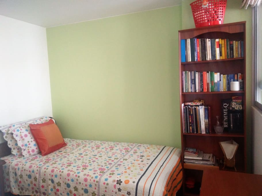 Nuestro cuarto  cuenta con una cama individual , mesa de noche y biblioteca. Our  room has one bed , night table and library!!!