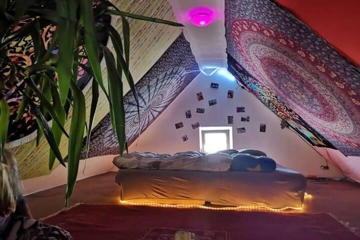 Gemütlicher Schlafplatz in Dachnische