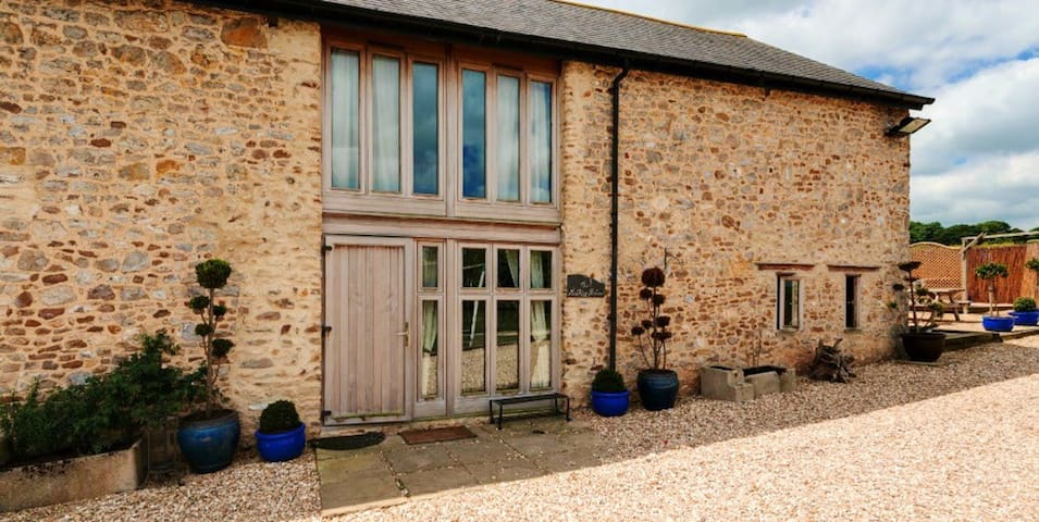 Beautifully converted milking parlour with amazing views and hot tub