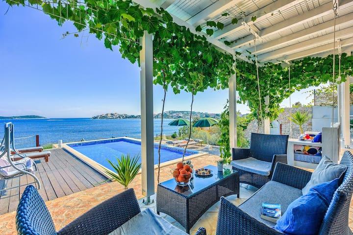 Amazing BeachFront Villa 5 bedrooms for 12 people