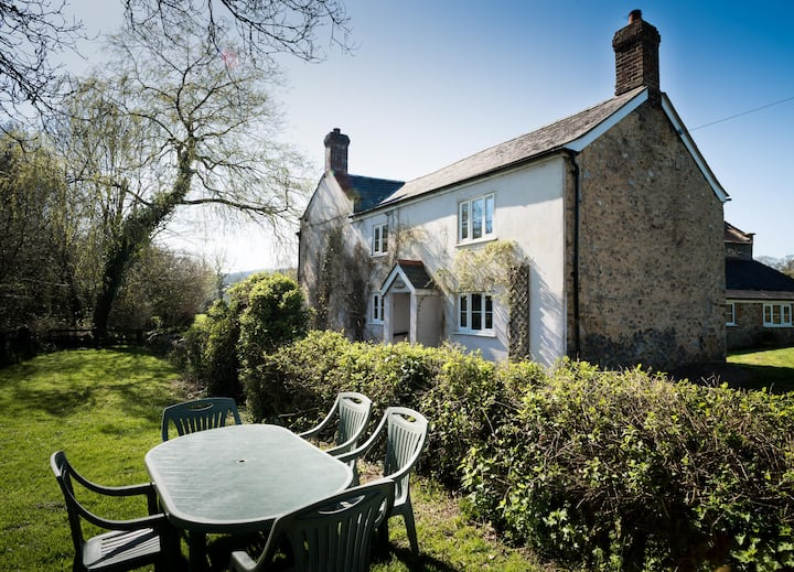 Cosy Rural Cottage in Dalwood sleeps 6
