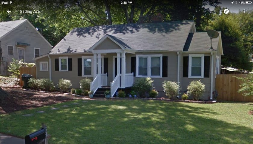 Charming 1950s corner lot home near downtown. - Greenville - Casa