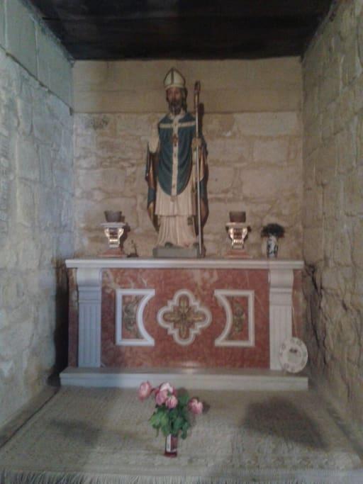 Altar dedicado a San Patricio, Patrón de Irlanda, vestido de azul
