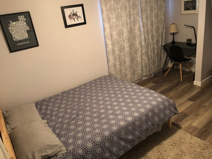 Central guest room with bathroom + sitting room!