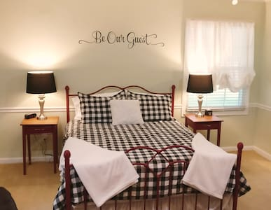 Corabelle Manor Suite - Near Dupont/Coldwater & 69