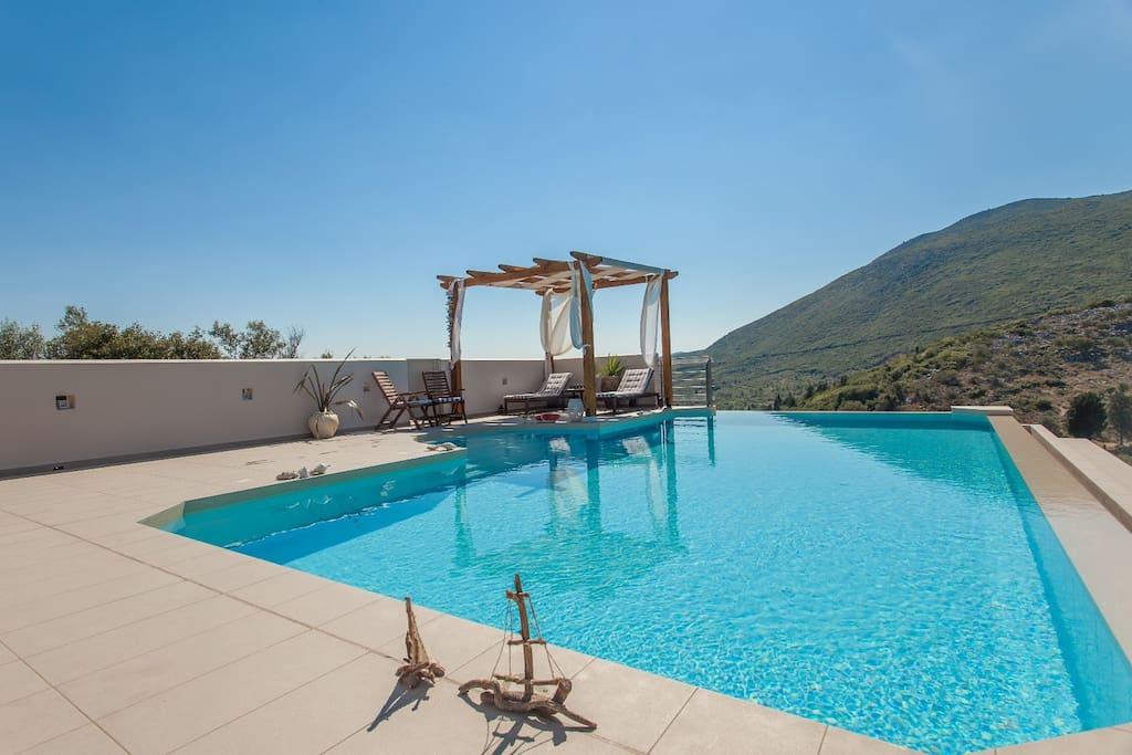 Lefkas: Infintiy Pool på 10x5 meter (1.6m dypt)