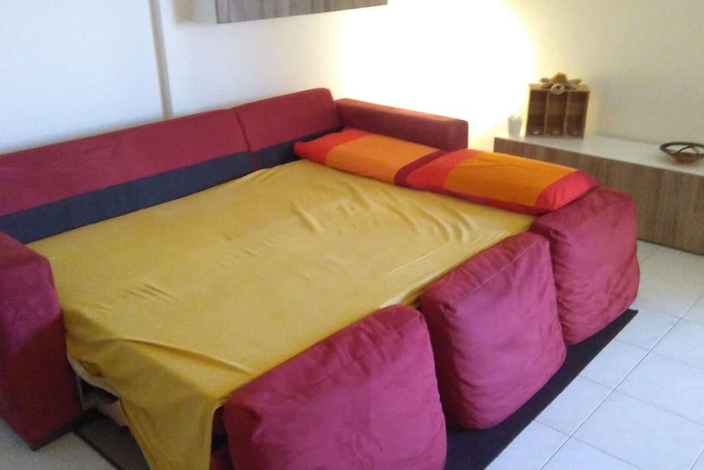 E il divano diventa un comodissimo letto matrimoniale
