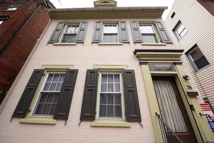 4BR row house gorgeous mod decor w exposed brick