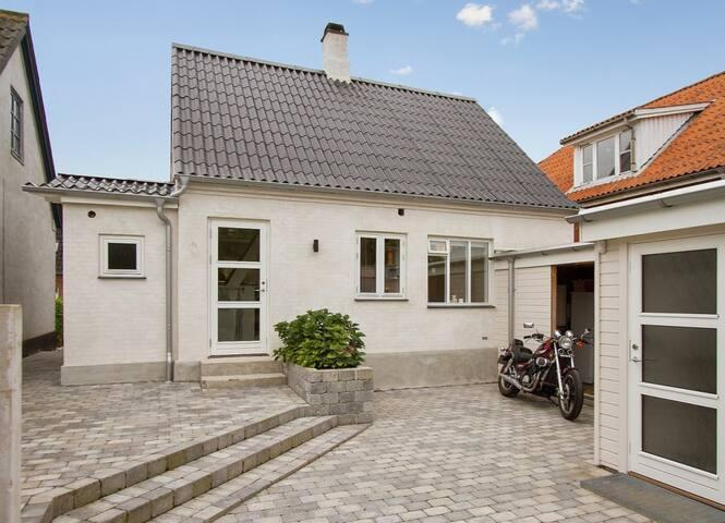Hyggeligt byhus med dejlig have