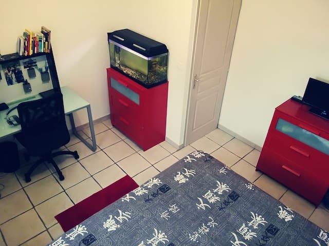chambre calme et agréable maison proche d'Avignon - Rochefort-du-Gard - House