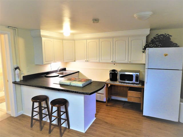 Studio w/ Full Kitchen & Private Entrance