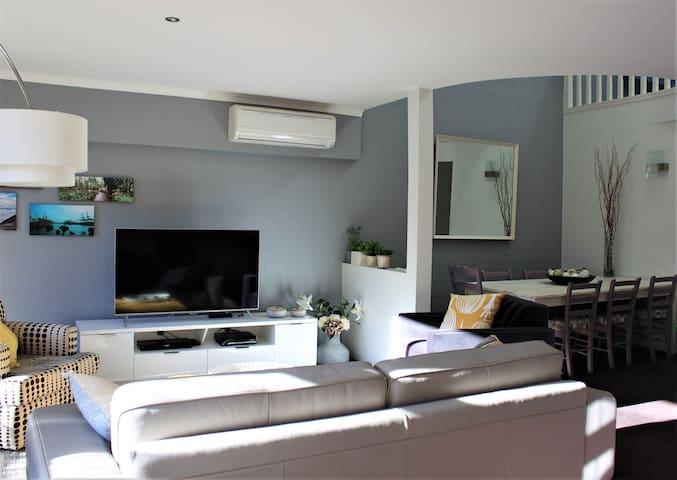 Modern Multi-level 3 bd Townhouse in Central Woden