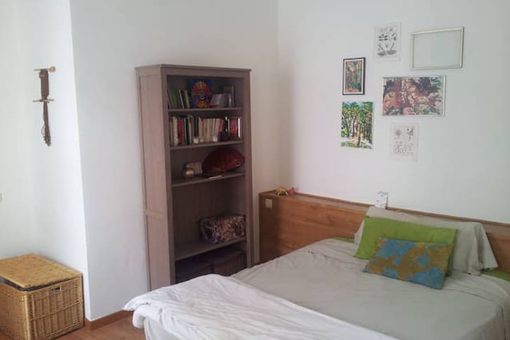 Large, lovely bedroom with balcony - Madrid - Apartment