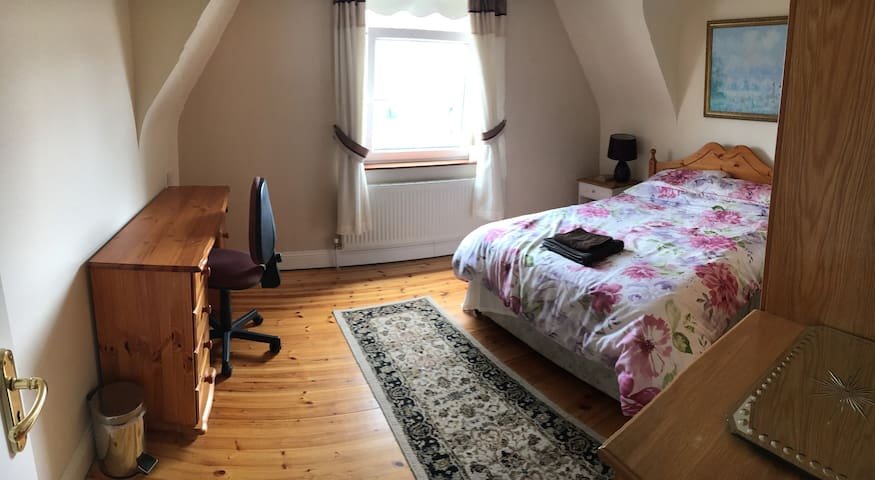 Spacious double room in Ennis