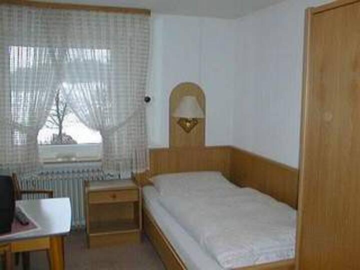Pension Haus Astenblick (Winterberg/Altastenberg) -, Einzelzimmer (11qm) mit Frühstück und WLAN