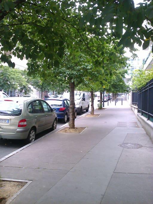 rue calme avec accès à  5mn du RER B et une station de la gare du Nors