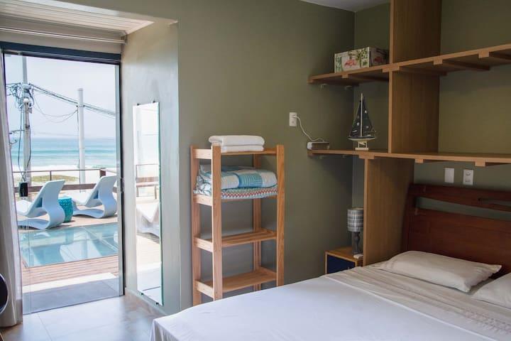 Quarto #3 - Frente para o mar, ar condicionado, uma cama Queen e uma de solteiro.