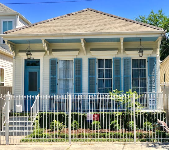 One Bedroom in Creole Cottage 2 block to Magazine