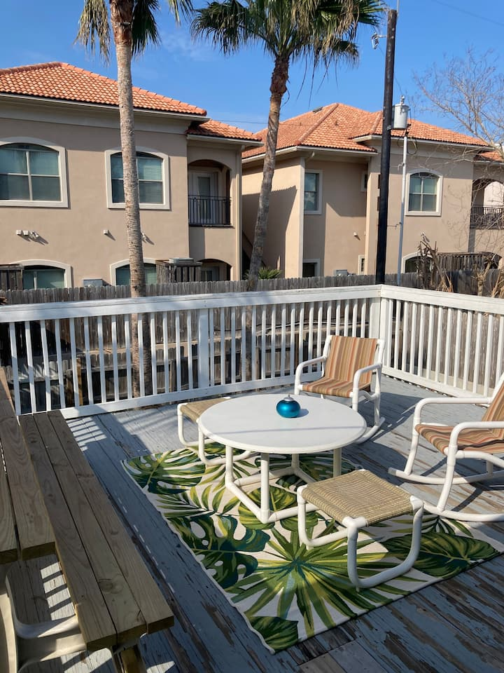 Townhome with pool-backyard-private balcony & more