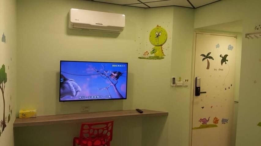 冷暖空調, 43吋大電視 ,書寫旅遊日誌之小 桌 平台, 可愛恐龍時鐘 ,房間取電 和 進出感應公用門卡 ,電子式感應方便安全門鎖 ,防火安全房門。