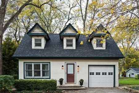 Private Coach House, Steps from Metra to Downtown