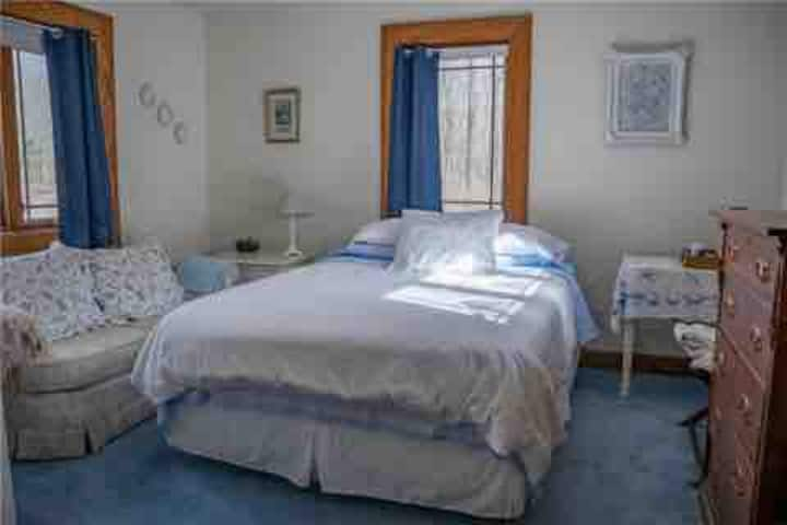 Blue & White Room, Oak Haven B&B, 30 wooded acres