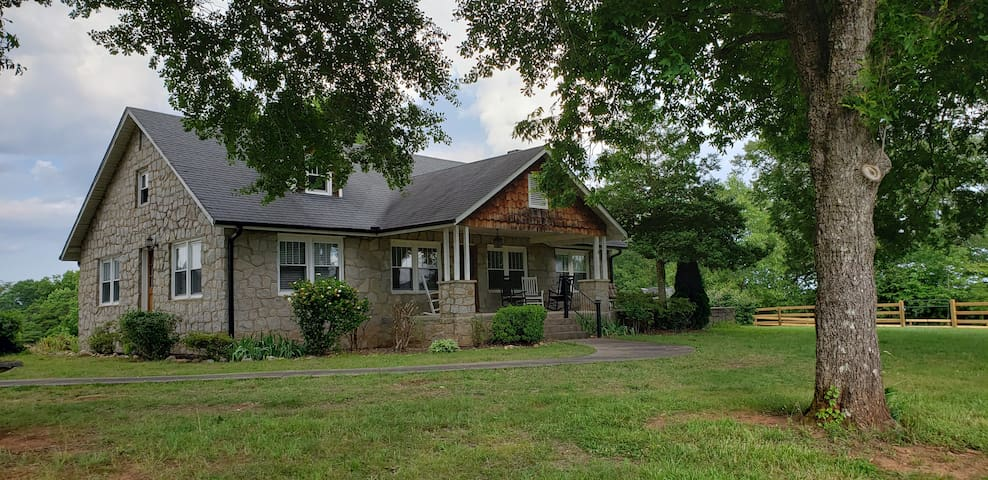 Stone Cottage 8 miles from TIEC on Horse Farm