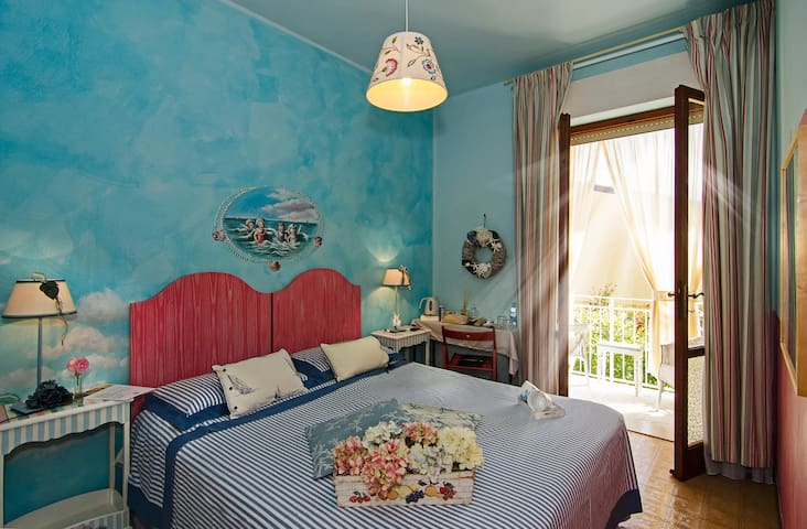 cool room with balcony in B&B in Forte dei Marmi - Capanne-Prato-Cinquale - Bed & Breakfast