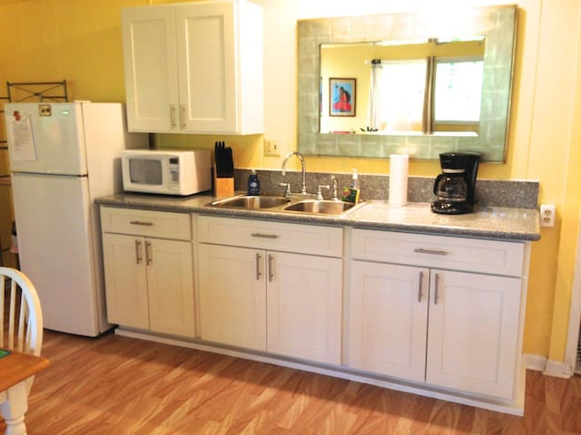 Kitchen with granite counter tops and hot plates too cook!
