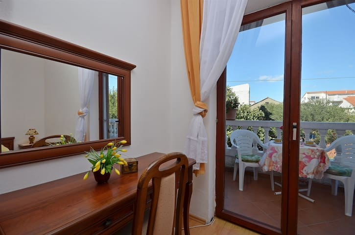 Room, 50m from city center, seaside in Vodice, Balcony
