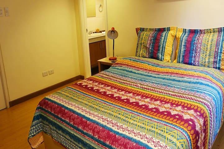 Cozy bedroom w/ private T&B @ secure condo - Ciudad Quezón - Apto. en complejo residencial