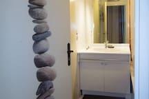 salle de bain / douche et toilettes separees