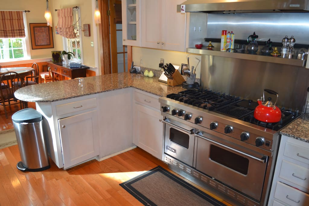 Kitchen/Breakfast room with Viking stove