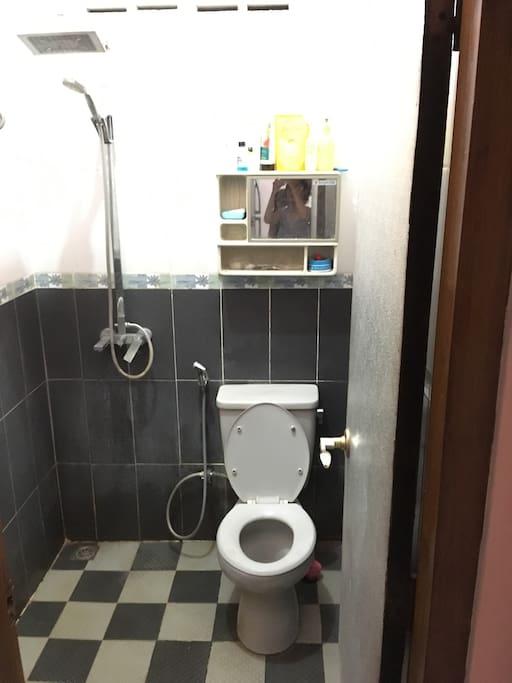kamar mandi shower, toilet duduk
