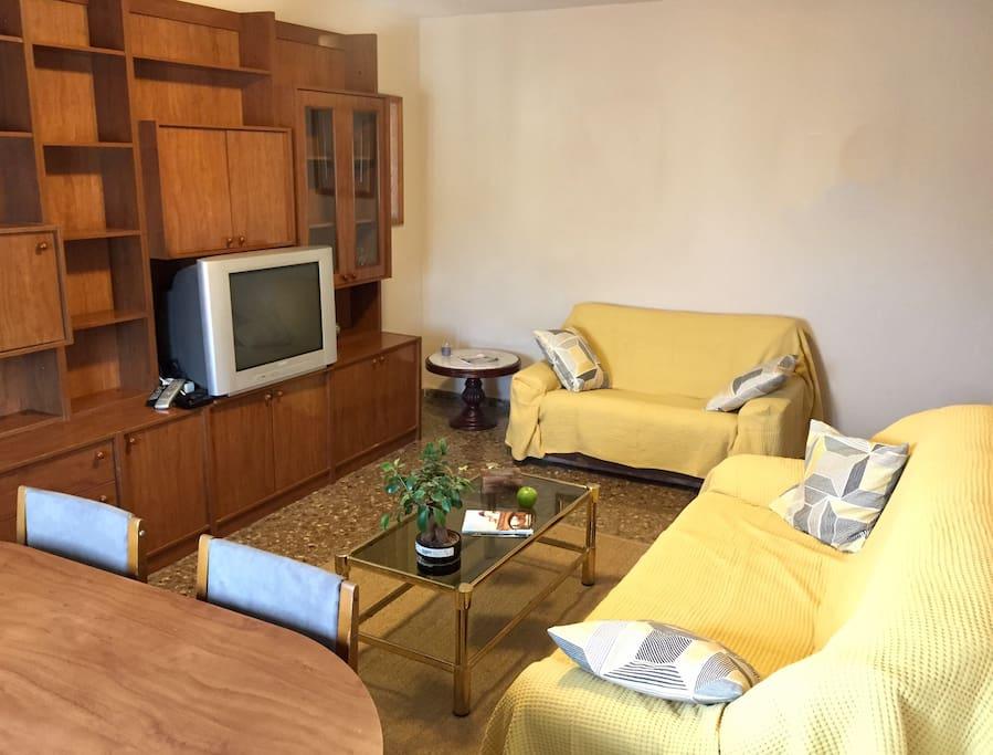 Salón comedor con sofás de 2 y 3 plazas