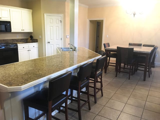 Perfectly Located 3BR Home: 5 minutes from LSU! - バトンルージュ - 一軒家