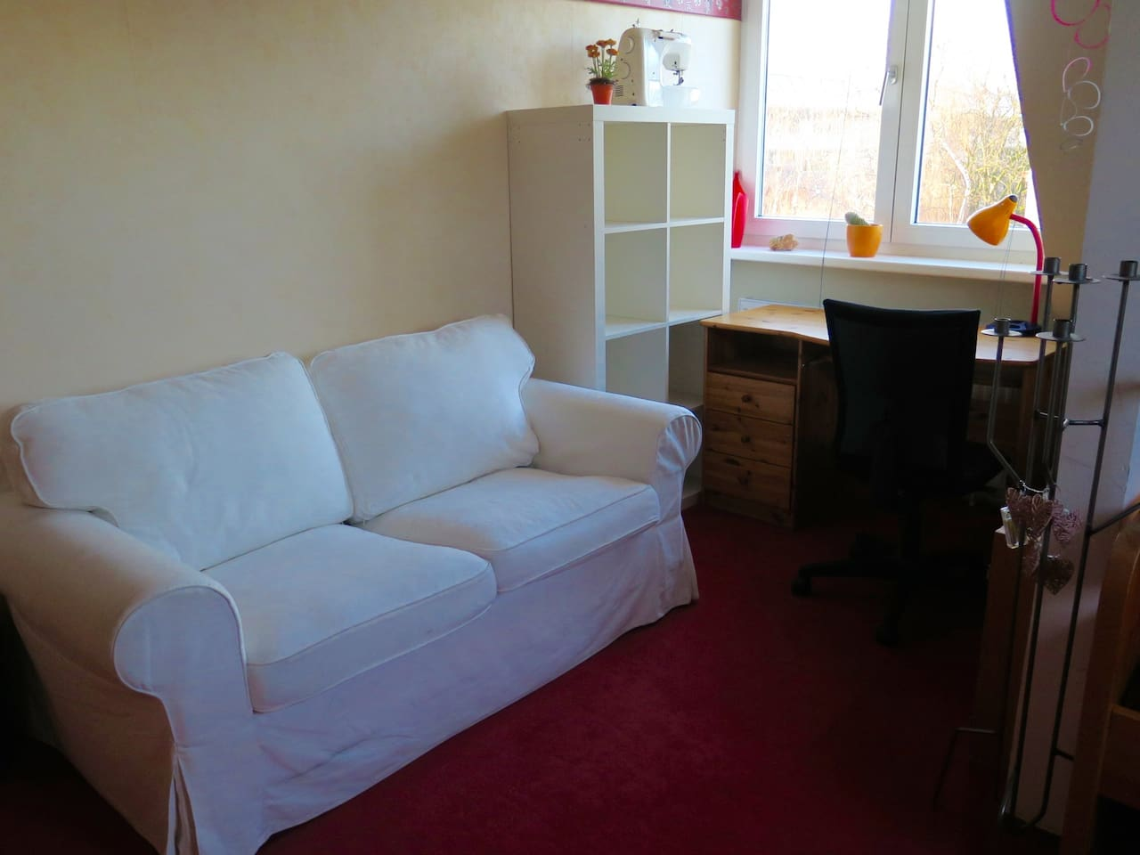 Dein gemütliches Zimmer: Sofa, Regal, Schreibtisch mit Aussicht!