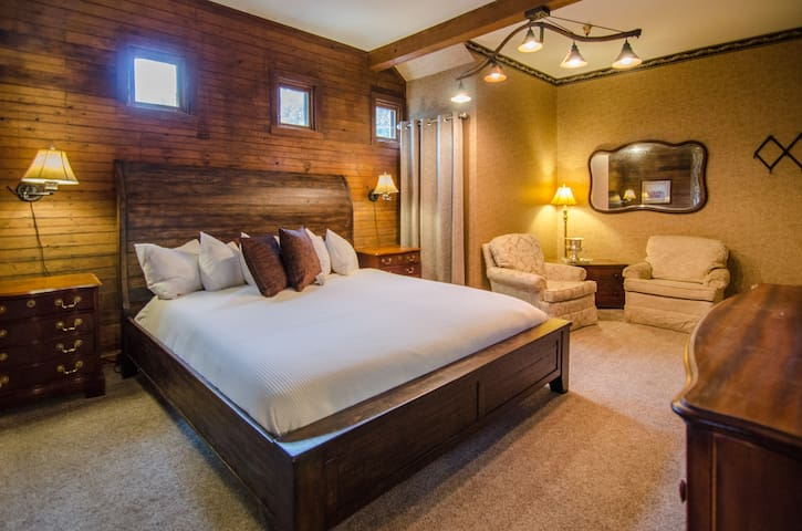 Private King Room in Downtown Shelburne B&B, Breakfast! BOS