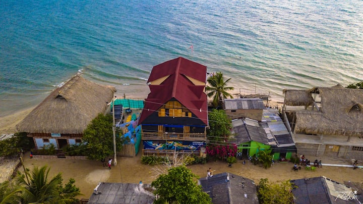 Blue Sea hostel, cama doble vista al manglar