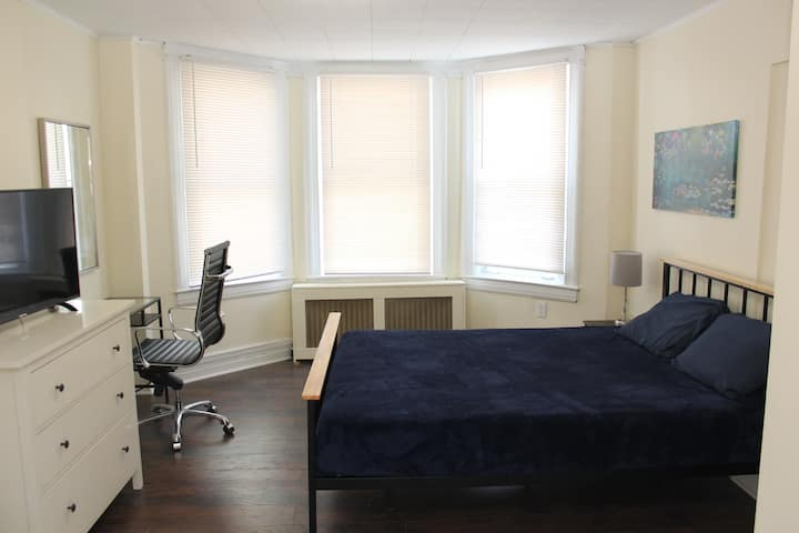 Large Sunny 1st Floor Apartment-40 mins to NYC