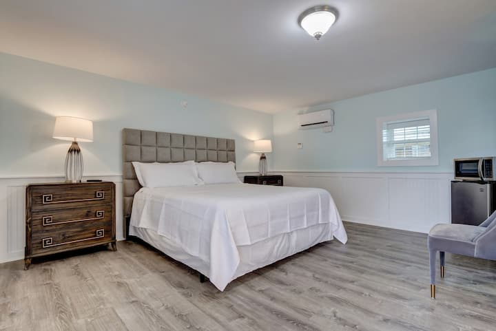 Single King Room at Loggerhead Inn by Carolina Retreats